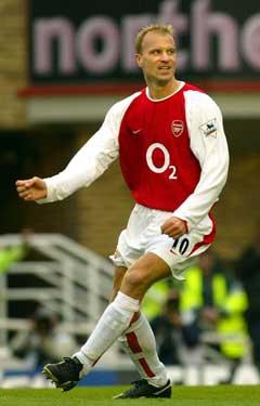 Dennis Bergkamp jubler etter et av sine 112 mål for Arsenal. (Foto: AP/Scanpix)