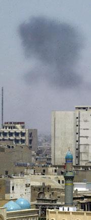 En røyksky stiger opp over Bagdad etter at en bilbombe har gått av. Bomben drepte en person og skadet sju andre. (Foto: Scanpix/AFP)