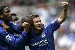 Frank Lampard blir omfavnet medspillerne etter 2-0-målet. (Foto: AP/Scanpix)