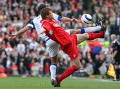 John Arne Riise i duell med Blackburn Lucas Neill. (Foto: Reuters/Scanpix)