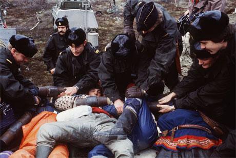 Demonstranter på anleggsveien ved Tverrelva i Alta fjernes av politiet i oktober 1981. (Arkivfoto: Bjørn Sigurdsøn/Scanpix)
