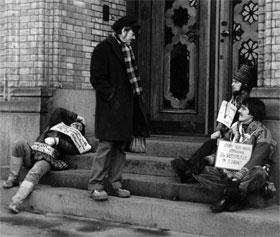 Stortingsrepresentant Stein Ørnhøi i samtale med noen av samene som sultestreiket utenfor Stortinget i Oslo mot utbyggingen av Alta-vassdraget, 4. februar 1981. (Arkivfoto: NTB/Scanpix)