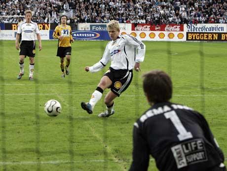 Steffen Iversen scorer det tredje målet på straffe mot Starts keeper Rune Nilsen. (Foto: Gorm Kallestad / SCANPIX)