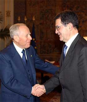 President Carlo Azeglio Ciampi hilser på påtroppende statsminister Romano Prodi. (Foto: Enrico Oliverio/AP/Scanpix)