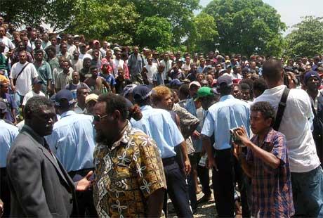 Mange hundre demonstranter har samlet seg utenfor parlamentsbygget. (Foto: Salomons kringkastingsselskap/AP/Scanpix)