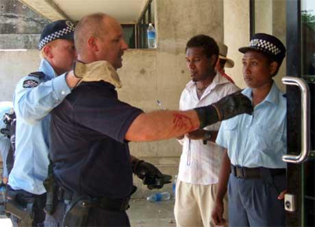 En såret australsk politimann fraktes til behandling av kolleger. (Foto: Reuters/Scanpix)