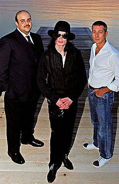 Michael Jackson sammen med sine nye samarbeidspartnere. Foto: mjjforum.com.