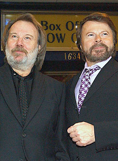 Bjørn Ulvæus og Benny Andersson fra ABBA skal sammen være produsent for «Mamma Mia!»-filmen. Foto: AP / Scanpix.