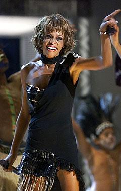 Whitney Houston vakte stor oppsikt da hun gjorde comeback på scenen i 2002, fullstendig radmager. Foto: Beth A. Keiser, Reuters / Scanpix.