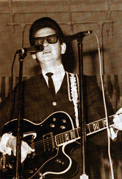 Den unge Roy Orbison under en konsert. Foto: Royorbison.com.