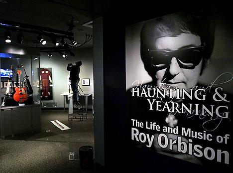 Rock and Roll Hall of Fame and Museum i Cleveland åpnet en Roy Orbison-utstilling tirsdag som vil stå oppe til 29. oktober. Utstillingen sammenfaller med gjenutgivelser av Orbison-plater. Foto: AP / Scanpix.