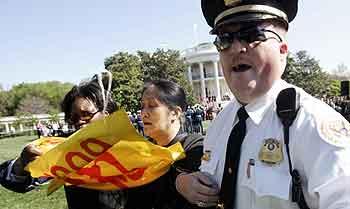 En demonstrant føres bort. Foto: Kevin Lamarque, Reuters