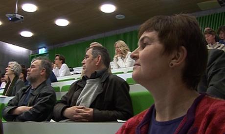Ellen Stigum, lokallederen for Utdanningsforbundet i Halden, fulgte nøye med når undersøkelsen ble lagt fram. (Foto: Rune Fredriksen/NRK)