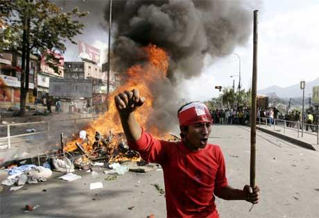 Omfattende demonstrasjoner mot den eneveldige kongen i hovedstaden Kathmandu. (Foto: Adrees Latif/Reuters/Scanpix)
