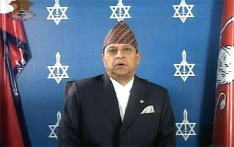 Nepals kong Gyanendra snakker til folket på nepalsk fjernsyn. (Foto: Reuters/Scanpix)