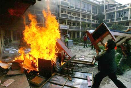 Sinte demonstranter setter fyr på møbler fra et kontor i Kalanki vest i Nepal. (Foto:AP/Scanpix)
