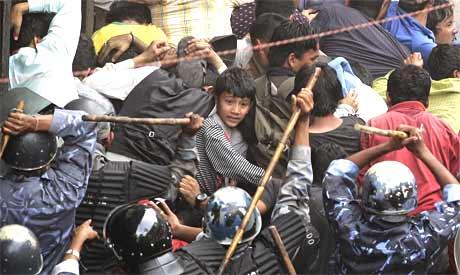 Politiet i Nepal brukte stokker til å slå demonstranter i Nepals hovedstad Katmandu lørdag. (Foto: Reuters/Scanpix)