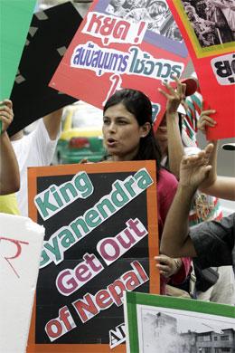 Demonstrantar i Bangkok i Thailand krev at kongen av Nepal må gå av.(Foto: AP/Scanpix)