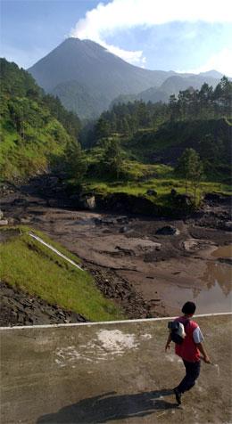 Styresmaktene slit med å få folk til å reise frå vulkanområdet. (Foto: AP/Scanpix)