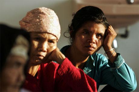 Desse kvinnene er blant dei som friviljug har reist frå vulkanområdet. (Foto: Reuters/Scanpix)