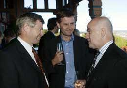 Alvaro de Soto (t.h.) deltok i 2004 på Utenriksdepartementets konferanse for internasjonale fredsmeklere. T.v. daværende statsminister Kjell Magne Bondevik, i midten Erik Solheim (Foto Knut Falch / SCANPIX )