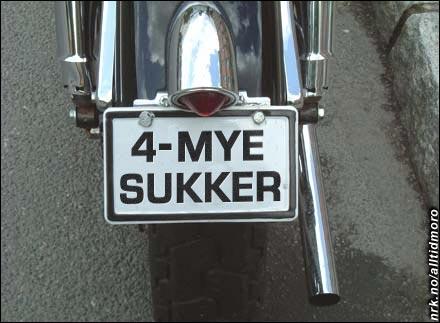 Hyperaktive Knut Jørgen Røed Ødegaard advarer andre trafikanter med dette skiltet.