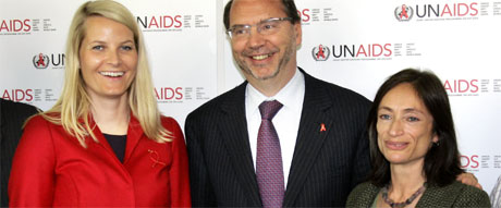 Kronprinsesse Mette-Marit, UNAIDS-leder Peter Piot og HIV-smittede Kate Thomson etter samtaler på UNAIDS kontorer i Geneve tirsdag morgen. Foto: Scanpix