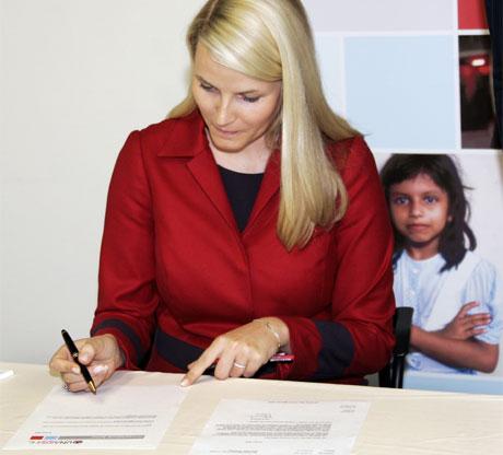 Kronprinsesse Mette-Marit under pressebriefingen i UNAIDS kontorer tirsdag ettermiddag der hun underskriver kontrakten med UNAIDS. Foto: Scanpix