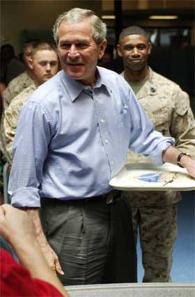 USAs president George W. Bush spiser lunsj med soldater i Marine Corps. Irak-krigen er en stor belastning for USAs økonomi. (Foto: Mandel Ngan/AFP/Scanpix)