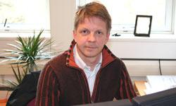 FBIs ekspert Knut B. Steen, redaktør i Økonomisk Rapport svarer seerne i nettmøte. Foto: NRK/FBI