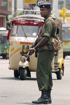 Tryggingstiltaka i hovudstaden Colombo er svært omfattande etter uroa den siste tida. (Foto: AFP/Scanpix)