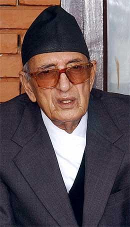 84 år gamle Girija Prasad Koriala var for syk til å bli innsatt som statsminister i dag. (Foto: AFP/Scanpix)