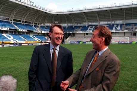 Bjørn Rune Gjelsten og Kjell Inge Røkke kunne stolt presentere nybygde Molde Stadion for åtte år siden. (Scan-foto: Per Tormod Nilsen Scanpix)