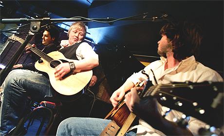 «Gitarkameratene» hadde fredag pressekonferanse på «Herr Nilsen» for å informere at de skal lage en liveplate. Fra venstre: Alejandro Fuentes, Kurt Nilsen og Espen Lind. Foto: Sara Johannessen, Scanpix.
