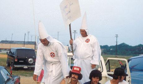 Som ung haiket Jacob Holdt gjennom USA, og dokumenterte miljøer få tidligere hadde hatt innpass i. Her hos Ku Klux Klan. Foto: Jacob Holdt