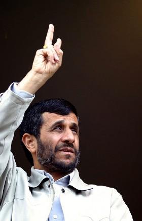 Irans president Mahmoud Ahmadinejad hilser til menneskemengden før han innleder en tale i Khorramdarreh 330 kilometer vest for Teheran i dag. (Foto: Reuters/Scanpix)