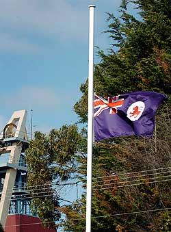 Det blir flagget på halv stang utenfor gullgruven på øya Tasmania. (Foto: AP/Scanpix)