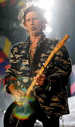 Stones-gitarist Keith Richards, her under Rolling Stones-konserten i Sydney, Australia 11. april i år, falt ned fra en kokospalme og har trolig sørget for å utsette hele Europaturneén. Foto: Paul Miller, AP Photo / Scanpix.