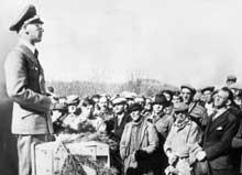 Norge under tysk okkupasjon 1940 - 45. Rikskommissær Terboven taler til nordmenn som har meldt seg til arbeidstjeneste i Trøndelag. (Foto: SCANPIX)