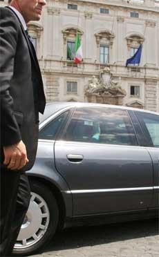 Silvio Berlusconi kjøres bort fra Quirinale-palasset etter å ha innlevert sin og regjeringens avskjedssøknad til president Carlo Azeglio Ciampi. (Foto: Mario Laporta/ AFP/ Scanpix)