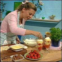 Herlig lekkert! Kokke-Lises sommerdrøm er jordbær med appelsin- og kanelkrem. (Foto: Nrk)