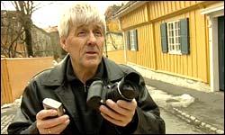 Knut Førsund i Fotorådet anbefaler ikke uten videre å bruke den digitale zoomen da den kan forringe billedkvaliteten. Foto: NRK/FBI