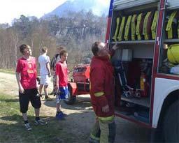 Frivillige møtte fram ved Oltedalsvatnet for å hjelpe til. Foto: Ragnar Christensen, Nrk.