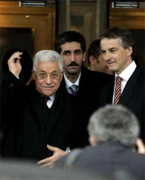 Jonas Gahr Støre, her fotografert med palestinernes president Mahmoud Abbas under hans norgesbesøk, vurderer hvordan visumsøknadene fra Hamas skal behandles. (Arkivfoto: Cornelius Poppe/Scanpix)