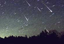 Lørdag natt klokken 03:00 er det mulig å se en liten dusj av meteorer på himmelen. Foto: SCANPIX