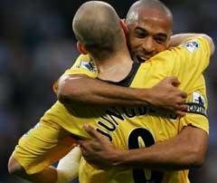 Fredrik Ljungberg får en klem av Thierry Henry etter at han scoret sitt første ligamål for sesongen. (Foto: AFP/Scanpix)