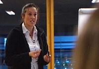 Wenche Torres underviser i spansk ved Salemkirken i Oslo. Selv har hun problemer med at hun snakker for godt norsk. Foto: NRK