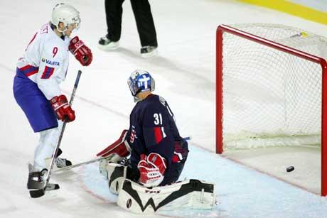 Marius Holtet ser pucken gå inn bak USAs keeper Craig Anderson til norsk 1-0-ledelse. (Foto: Håkon Mosvold Larsen / SCANPIX)