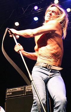 Iggy Pop var sitt vanlige ustoppelige selv på scenen. Foto: Jørn Gjersøe, nrk.no/musikk.