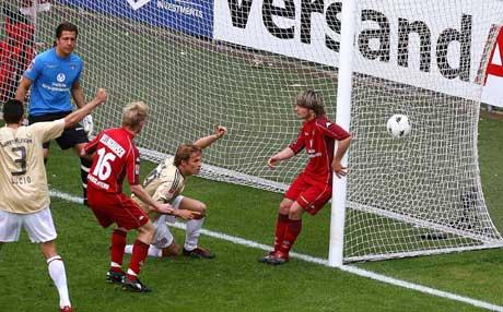 Bayerns Andreas Ottl (i midten) utligner mot Kaiserslautern. (Foto: Reuters/Scanpix)